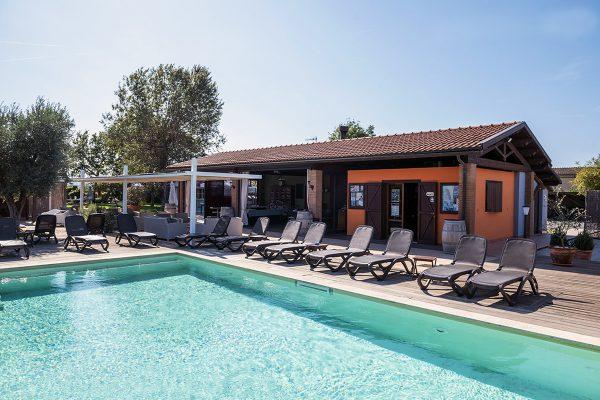 Piscina con Solarium - Week End con la Famiglia in Toscana - Residence Le Due Ruote